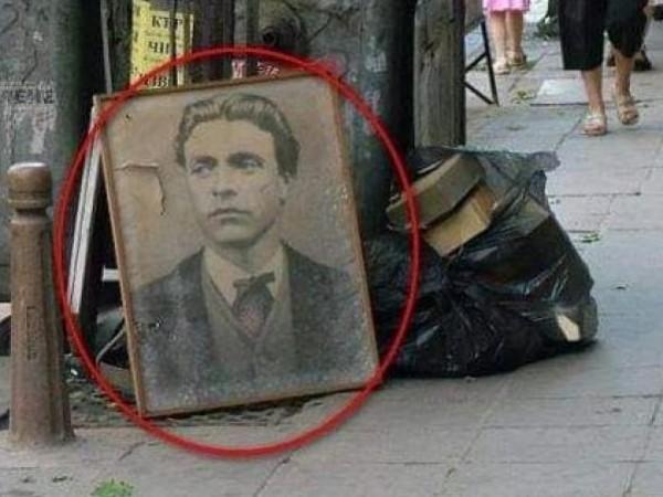 Портрет на Апостола на българската свобода, Васил Левски, изхвърлен на