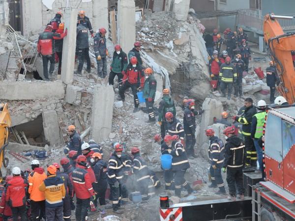 Продължава да нараства броят на жертвите на силното земетресение в
