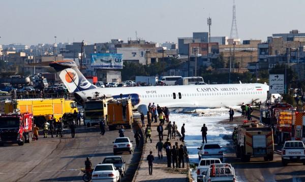 Самолет излезе от пистата в Иран и блокира път
