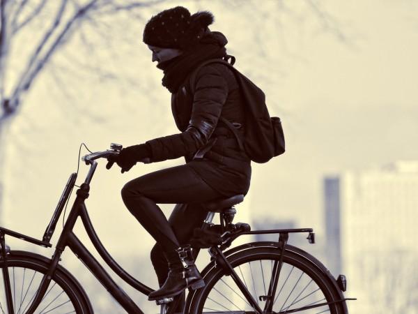 Жена на велосипед - в Пакистан тази гледка е табу.