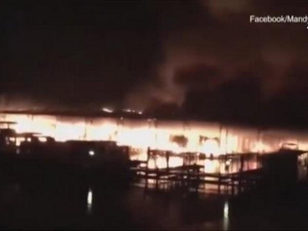 Огромен пожар унищожи десетки лодки на яхтено присатнище в американския