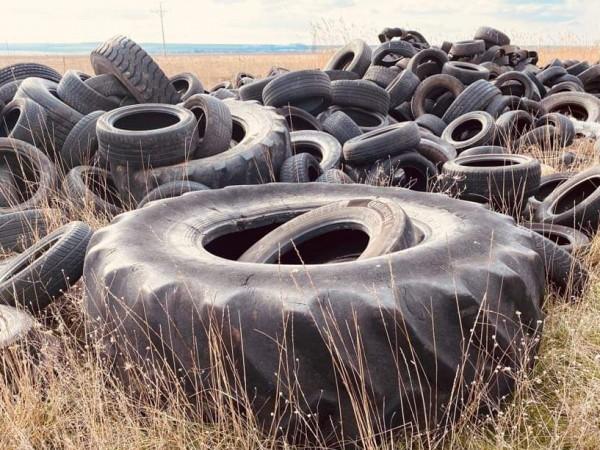 """Незаконното депо за стари автомобилни гуми край брега на """"Атанасовско"""