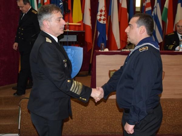 Военнослужещ от Военноморските сили (ВМС) беше награден със заповед на