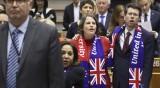 С прегръдки, сълзи и песен Европарламентът ратифицира Brexit