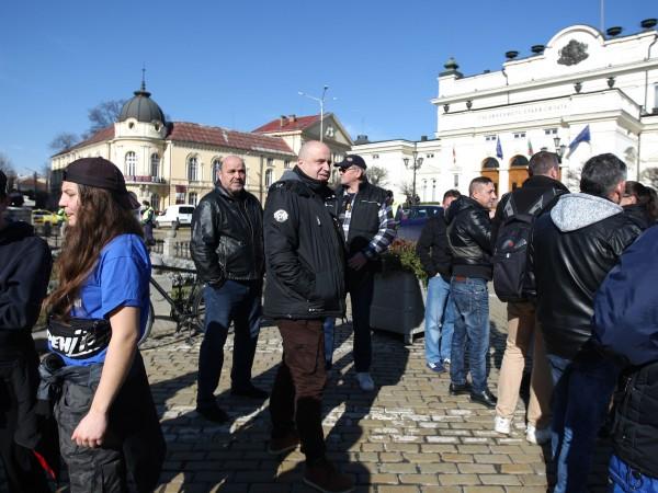 """Фенове на футболния """"Левски"""" излязоха на протест пред парламента. Те"""