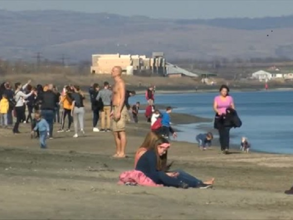 Днес температурите край морето достигнаха 20 градуса. Това накара десетки