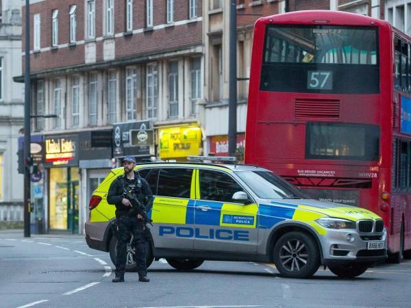 Полицията в Лондон съобщи, че мъжът, който намушка с нож