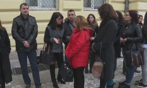Родители подкрепят учителката, накарала деца да заплюят съученик