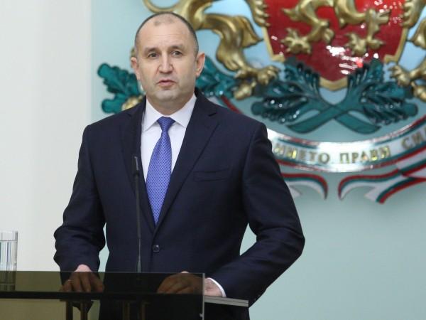 Президентът Румен Радев обяви, че от днес официално снема доверието