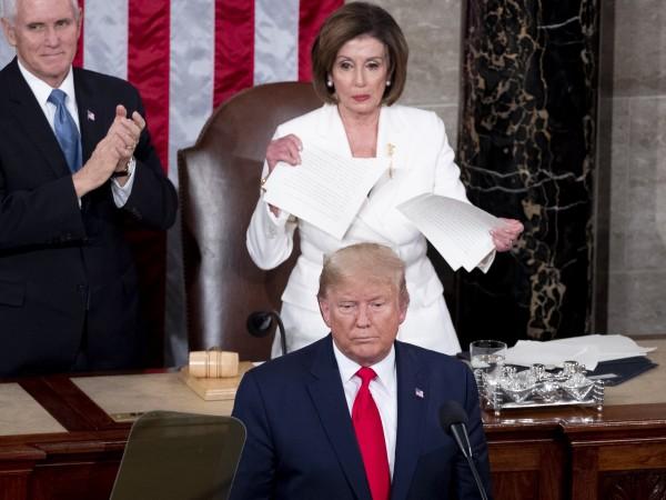 Часове преди американския Сенат да гласува импийчмънта на Доналд Тръмп,