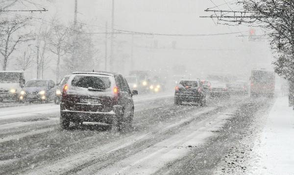 Сняг затрупва страната, затворени пътища, села без ток...