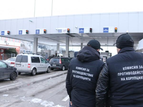"""Задържаните митничарите от Калотина си искали такса """"почерпка"""" от водачите,"""