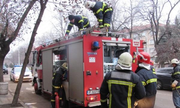 Силен взрив в центъра на Калофер, подпали се пристройка на къща
