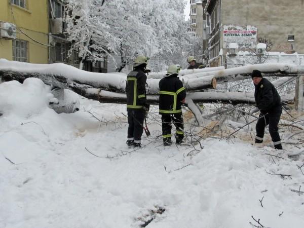Все още няма ток в някои населени места в общините