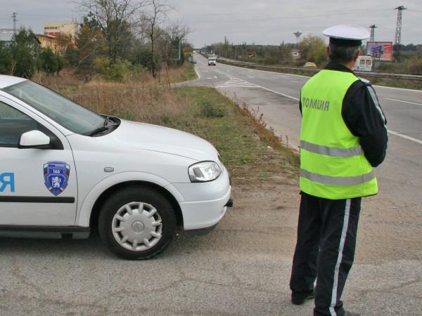 Пиян шофьор налетя с юмруци на полицаи, след като опита