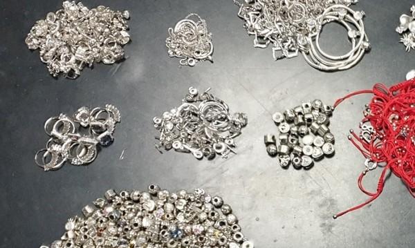 Митничари откриха 2 кг сребърни бижута на Дунав мост