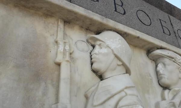 Счупиха носовете на войниците от Паметника - костница на съветската армия