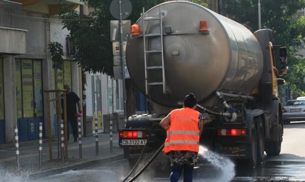 Мият улици и булеварди в София