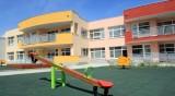 Училища със стаи за отдих, забавачките с лехи за моркови