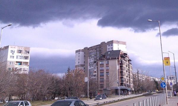 """С риск за живота: Хора пресичат край столичния бул. """"Ал. Малинов"""""""