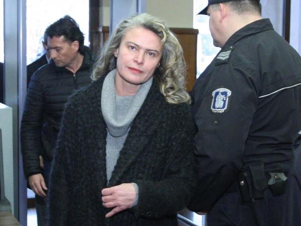 Съпругата на Васил Божков, Елена Динева, остава за постоянно в