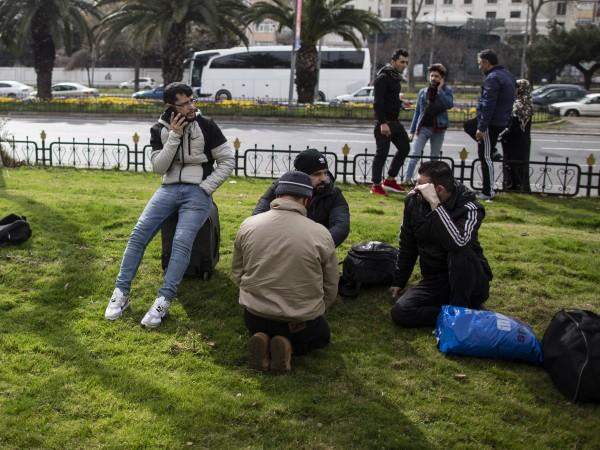 Две имигрантски групи по около 30 човека всяка са били