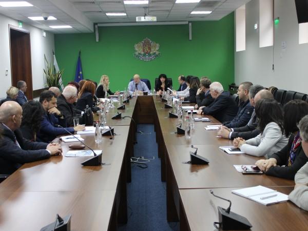 Екоминистърът Емил Димитров проведе извънредна среща с директорите на регионалните