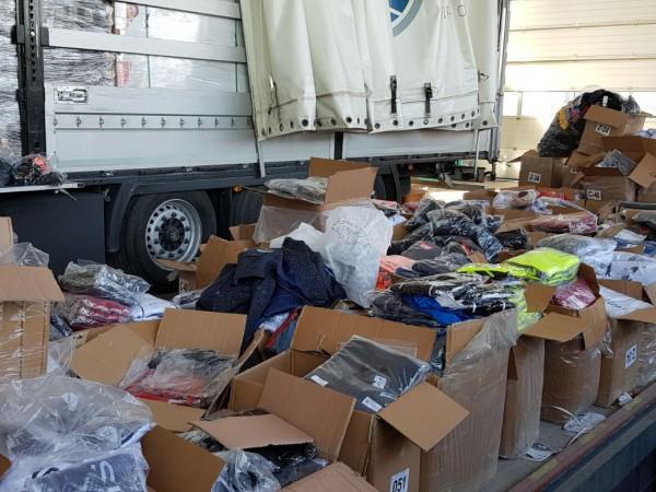 Митничари задържаха близо 50 100 текстилни изделия, обувки и чанти