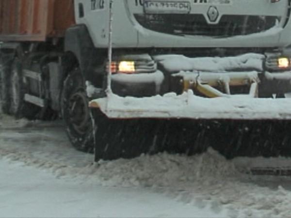 Силен сняг вали в София и региона. Два автобуса с