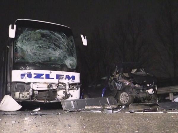 Турски автобус прегази мъж и жена, докато те оглеждали щетите