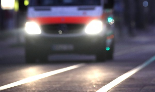81-годишна шофьорка се вряза в трамвайна спирка в Есен