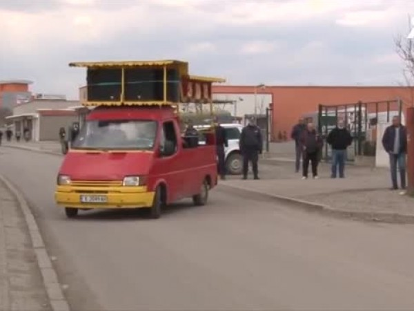 Пропускателен пункт с полиция следи в автомобилите да пътуват само