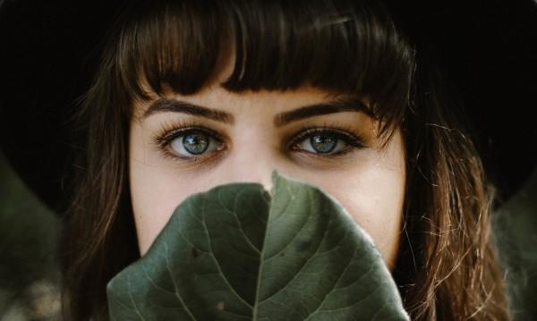 Грижа за веждите при изолация: 3 препоръки от експерти