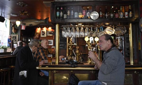 Българин в Швеция: Тук тестове не се правят, ресторантите са пълни