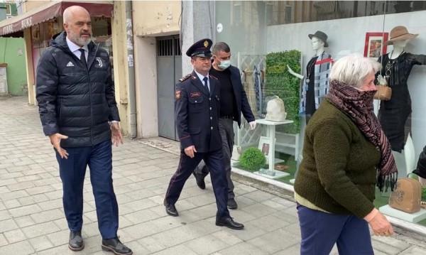 Еди Рама на улицата, призовава възрастните да се върнат у дома