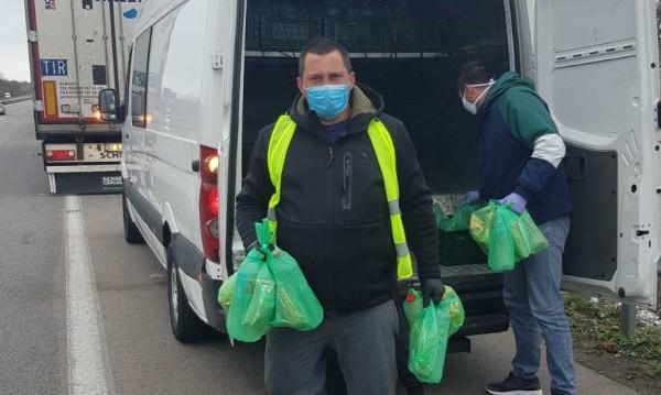 Раздават храна, вода и предпазни средства за шофьорите на камиони на границата