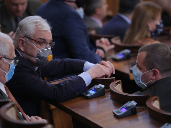 Депутатите решиха, че докато продължава извънредното положение, което въведоха самите
