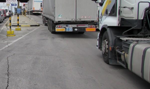 """Над 8 км е опашката от камиони на """"Дунав мост"""" при Русе"""