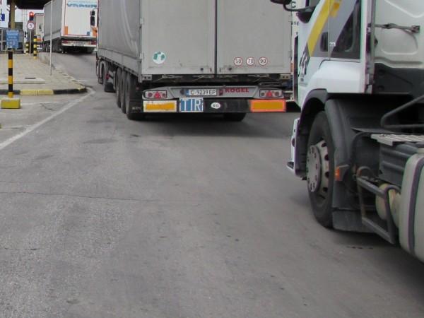 Повече от осем километра е опашката от камиони на ГКПП