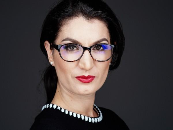 Ивелина Атанасова - Генчев е консултант с 15-годишен опит в