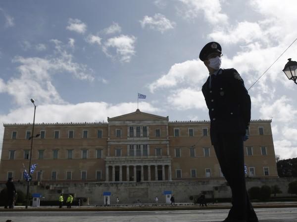 Полицията в Гърция масово глобява граждани за неспазване на мерките,