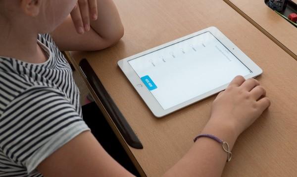 Повече от 600 деца в Бяла Слатина учат по телефона