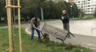 Бургас с нестандартна инициатива заради COVID-19: Махат пейките от парковете