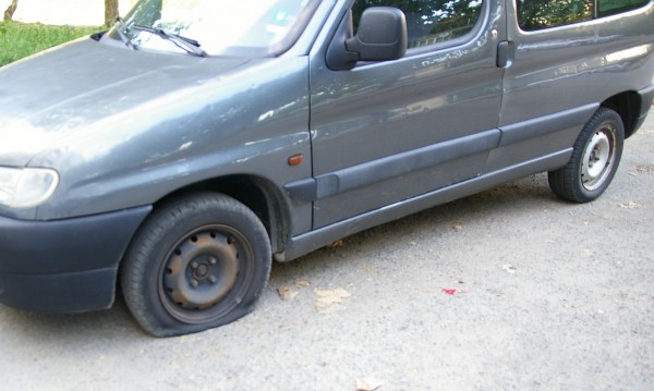 Вандали пукат гуми на автомобили в Златарица