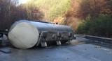 Цистерна със сярна киселина аварира на пътя Карлово – Калофер