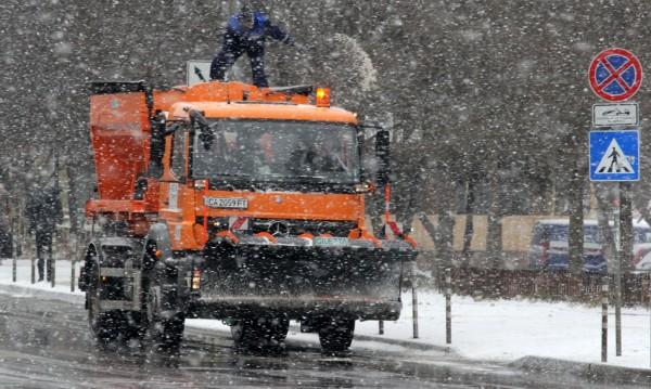 90 снегорина чистят София, основните артерии са опесъчени