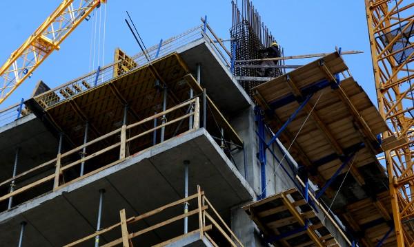 Производствата да работят, спазвайки мерки, искат строители