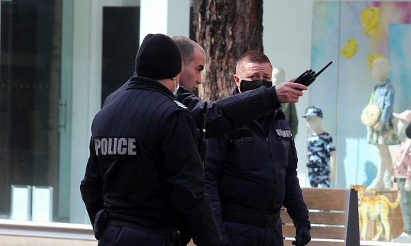Двама младежи са задържани за нарушаване на...