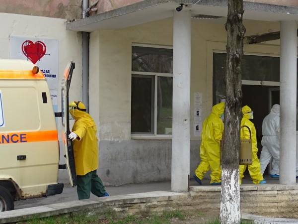 Две от жертвите на COVID-19 в България бяха жена на
