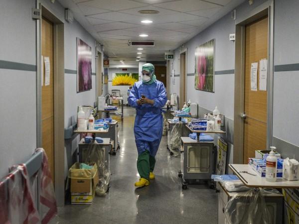 """""""Новините са ужасяващи. Недостигът на необходимо оборудване принуждава лекарите, както"""